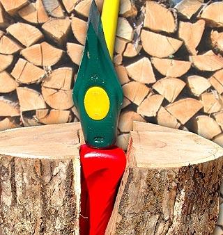 Coin éclateur dans une bûche de bois